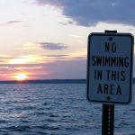 Symbol für europäisches Mitgefühl: Das erste Schild an einem libyschen Strand